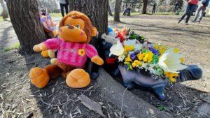 Запорожцы приносят на место трагедии в