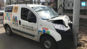 В Енергодарі водій комунальної автівки врізався в електричний стовп, — ФОТО