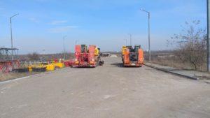 В Запорожье подрядчик готовится продолжить строительство мостов: завозят технику и строят городок для работников, – ФОТО
