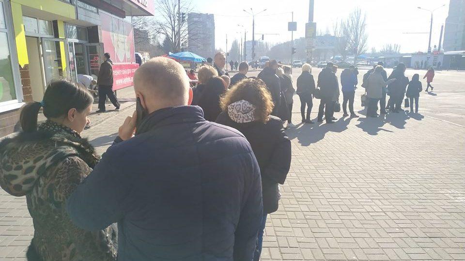 Запорожцы с утра стоят в очередях на маршрутки: из-за карантина в автобусы не пускают более 10 пассажиров, – ФОТО