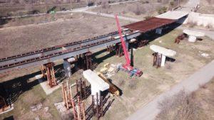 Карантин – не перешкода: на запорізьких мостах працює спецтехніка і готують майданчик для бетонного заводу, – ФОТО