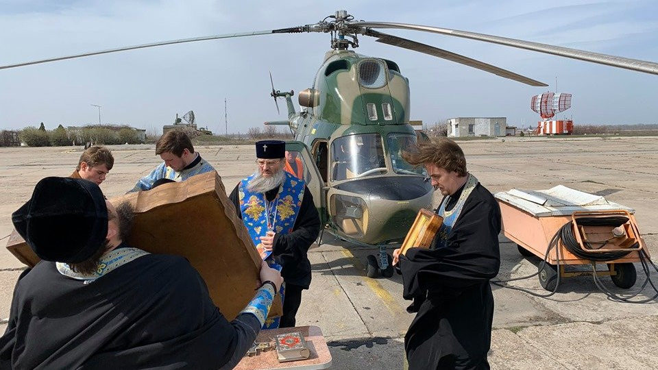 Отгоняли коронавирус: священники московского патриархата час читали молитву в вертолете над Запорожьем, – ФОТО