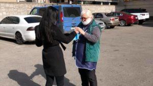 В центре Запорожья бесплатно раздали пенсионерам полторы тысячи медицинских масок, – ФОТО