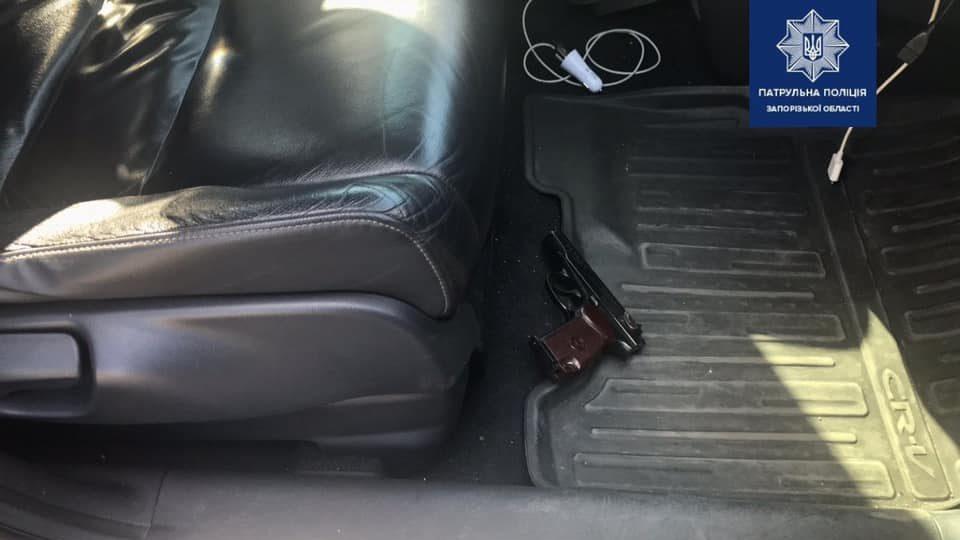 Во все тяжкие: в Запорожье на посту остановили авто с целым