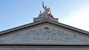 Муза, живущая на крыше: запорожский краевед рассказал о скульптуре на театре Магара, — ФОТО