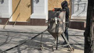 Фасад історичної будівлі на Сталеварів почали чистити від фарби, — ФОТО