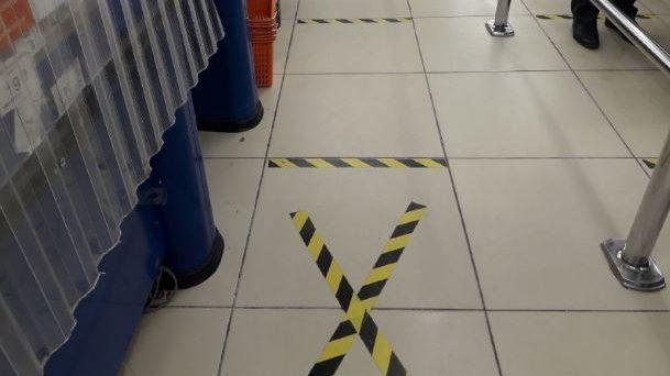 Как в Италии: в запорожском супермаркете сделали разметку для очереди, — ФОТО