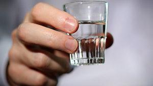 У Запоріжжі студенти пригостили алкоголем 13-річних дівчат: вони напилися та побили вікна у під'їзді