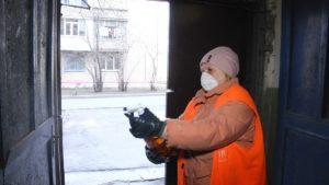 Боротьба з коронавірусом: у запорізьких багатоповерхівках займаються дезінфекцією під'їздів, – ФОТО