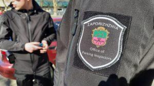 В Запорожье инспекторы по парковке оштрафовали собственного начальника за стоянку на «зебре»