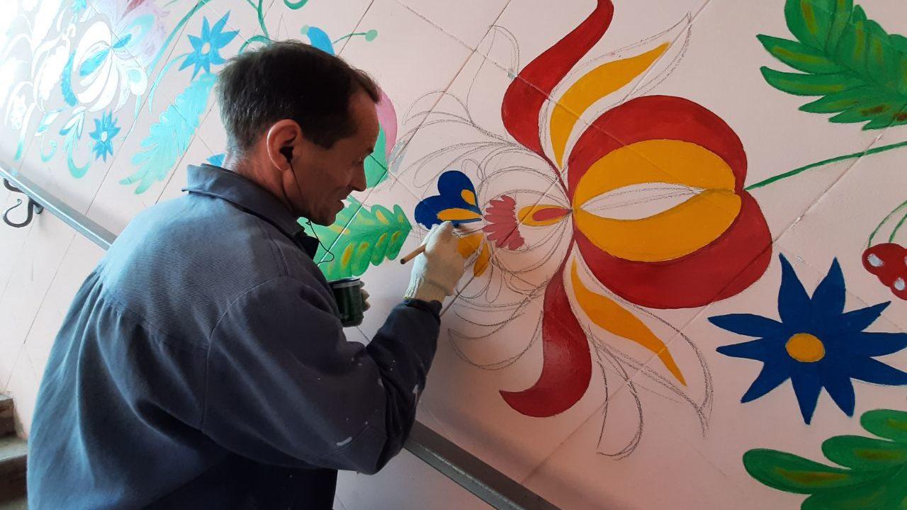 Запорожский уличный художник расписывает стены в подземном переходе на Фестивальной, – ФОТО
