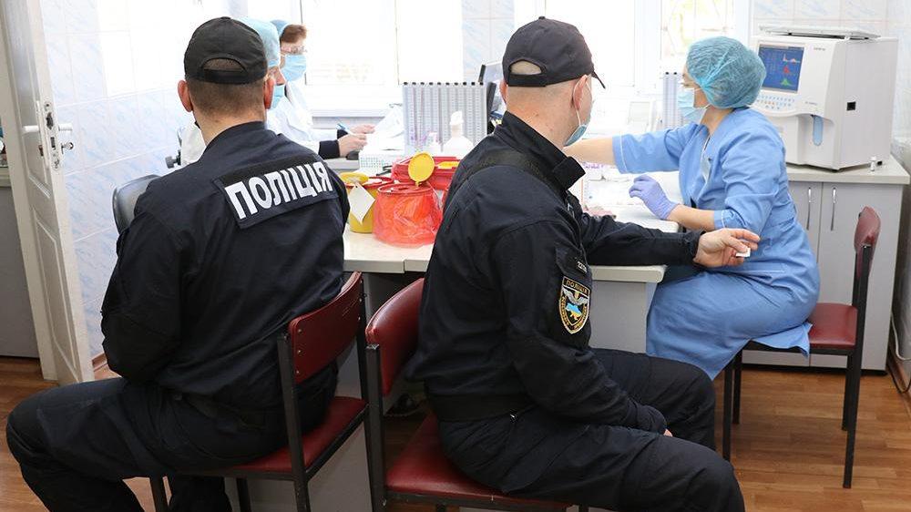 Запорожские полицейские пополнили банк крови