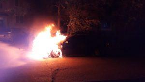 В одному з районів Запоріжжя палало авто: загорівся мотор, — ФОТО