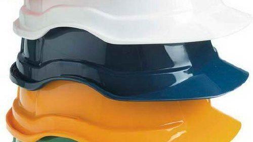 В Запорожье кассирши одного из супермаркетов работают в защитных шлемах, — ФОТОФАКТ