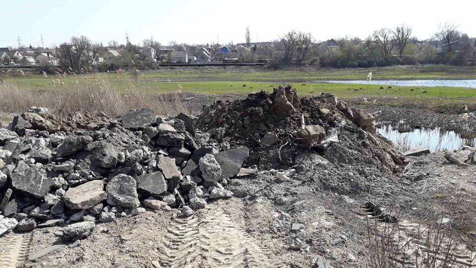 Запорожец вывез строительный мусор к реке Капустянке, — ФОТО