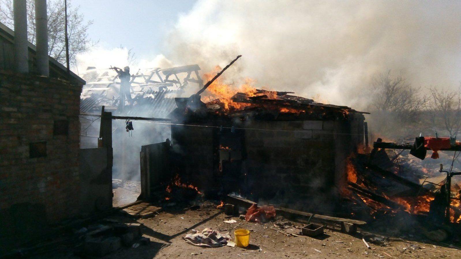 В Запорізькій області вщент згоріла частина приватного будинку: вогонь розповсюдився на сто метрів, — ФОТО