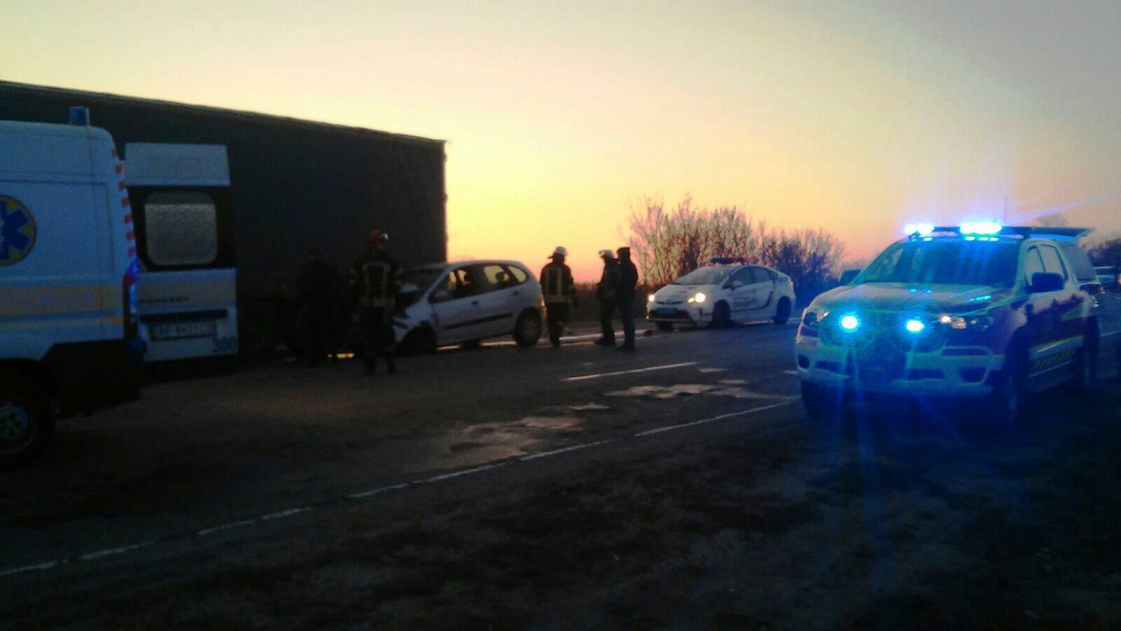 В Запорізькому районі на трасі сталась ДТП: водія довелось вирізати з автомобіля, — ФОТО