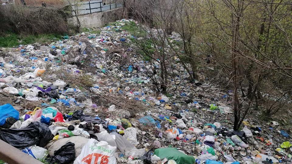 «Люди, кто Вам мешает нормально жить?»: в одном из районов Запорожья жители устроили огромную стихийную свалку, – ФОТО