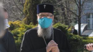 Запорожский митрополит Лука надел медицинскую маску и призвал пожилых прихожан не выходить на улицу