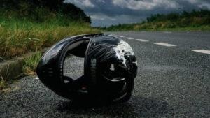 В Запорожье на Набережной мотоциклист врезался в дерево и сломал позвоночник