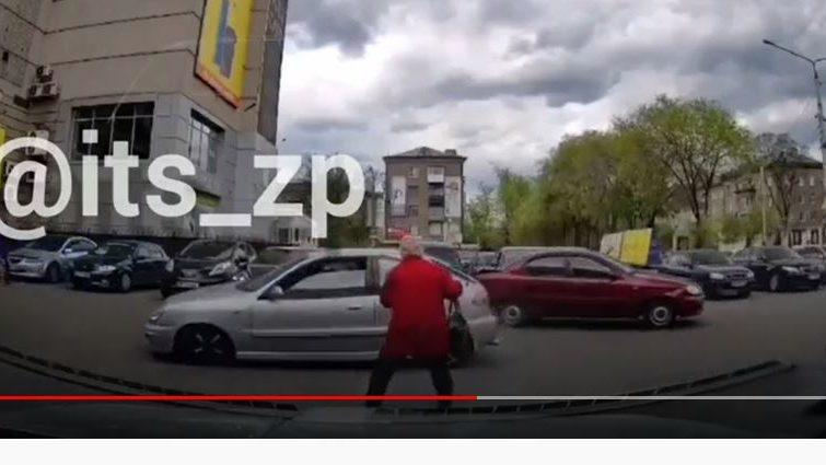 В Запорожье Porsche на парковке ТРЦ «Украина» разбил 4 машины и едва не убил старушку, – ВИДЕО
