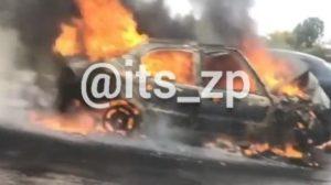 На запорізькій трасі сталася страшна ДТП: одне авто згоріло, друге вилетіло в кювет, – ВІДЕО