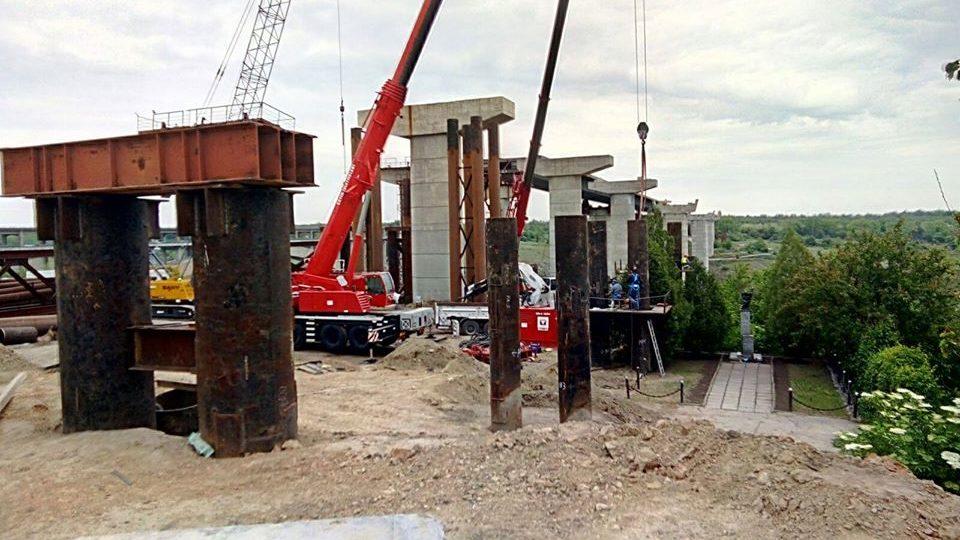 У Запоріжжі триває будівництво мостів через Дніпро: що відбувається на будівельному майданчику, – ФОТОРЕПОРТАЖ