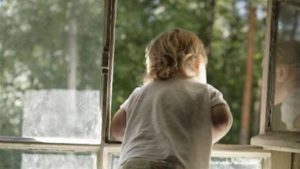 В Запорізькій області трирічна дитина стрибнула з вікна та травмувалась