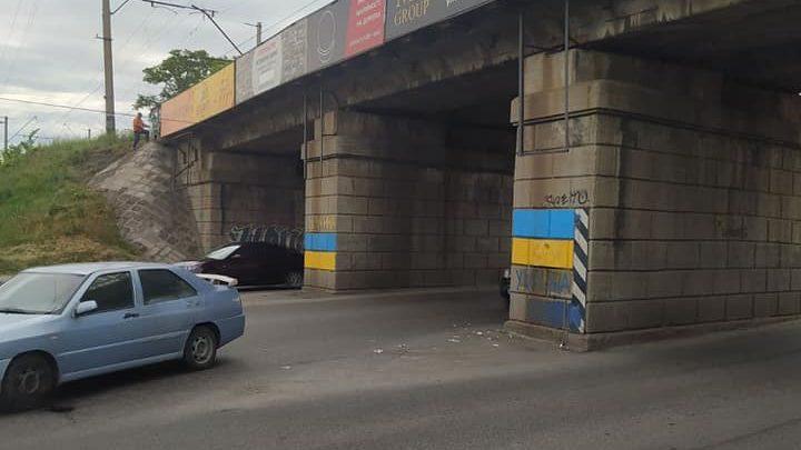 В Запорожье железнодорожники убрали с изображения государственного флага рекламные объявления, — ФОТО