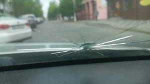 В Бердянську невідомі обстріляли автомобіль: в салоні знаходилася дитина, — ФОТО