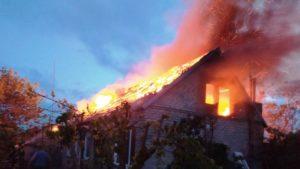 В Мелітополі під час пожежі в приватному будинку вщент згорів дах, — ФОТО