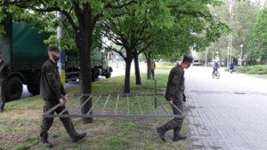 Без провокаций: в центре Запорожья устанавливают металлический забор