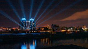 Представители шоу-бизнеса в Запорожье запустили лучи света в небо, — ФОТО
