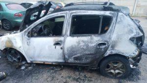 В Запоріжжі на одній вулиці рано вранці згоріло дві автівки, — ФОТО