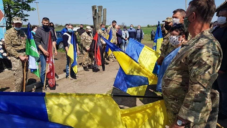 В Запорожской области на коленях попрощались с погибшим героем АТО, – ФОТО
