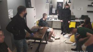 У Запоріжжі викрили аферистів, які крали з банківських карт людей понад 100 тисяч в тиждень, – ФОТО