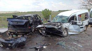 У Запорізькій області в ДТП розбилися два автомобіля: водія затиснуло в понівеченому авто, – ФОТО