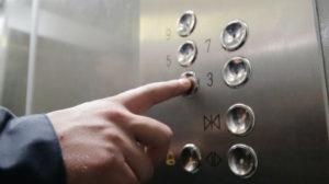 У Запоріжжі збоченець, погрожуючи ножем, чіплявся в ліфті до 11-річної дівчинки