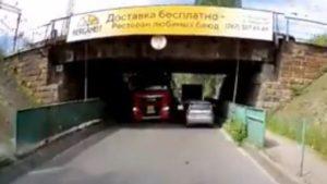 В Запорожье автоцистерна с пропаном застряла под мостом, – ВИДЕО