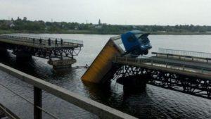 На запорізькій трасі обвалився міст: фура зависла над водою, – ФОТО