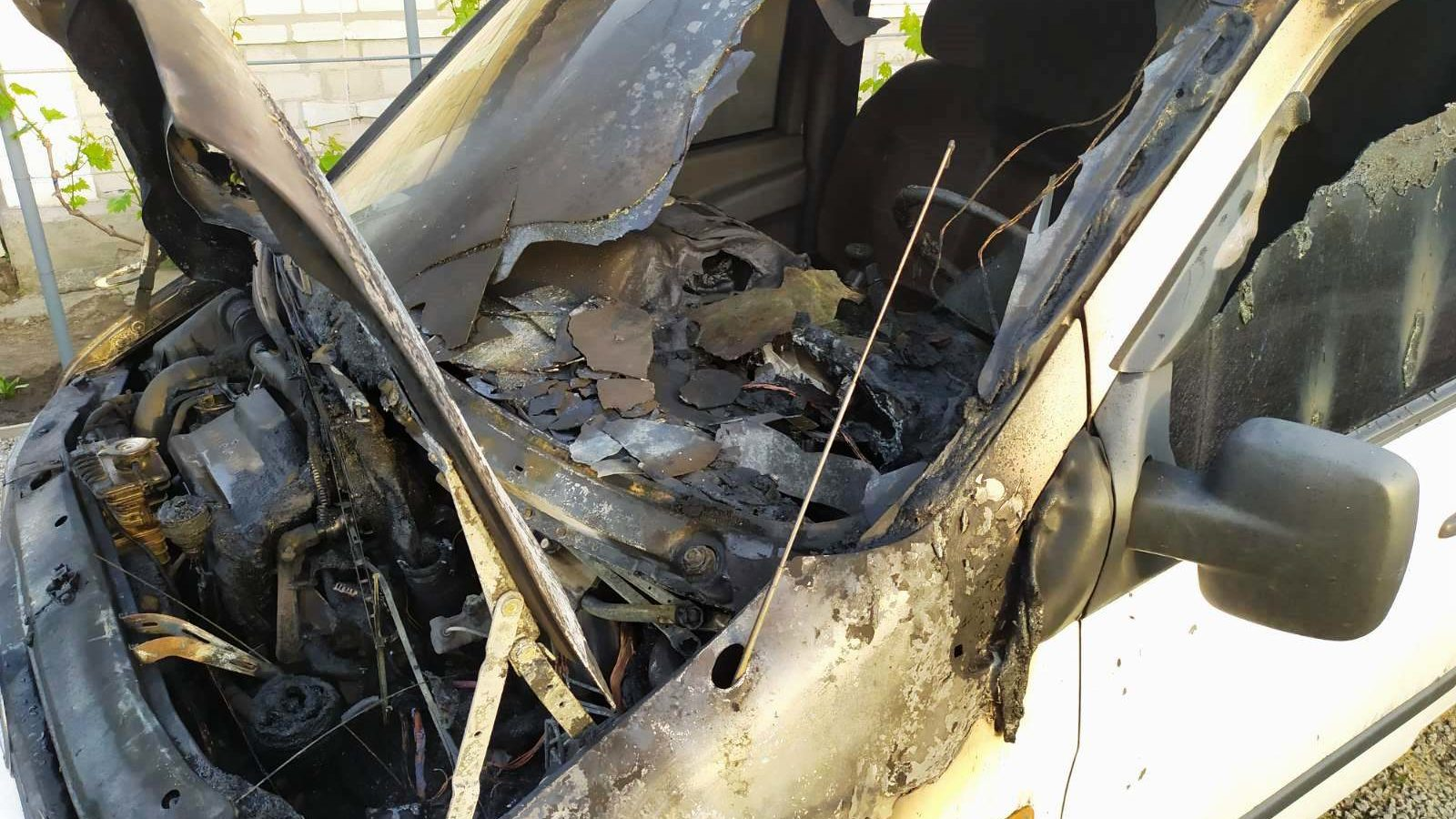 У Запорізькій області у дворі будинку згорів автомобіль, – ФОТО