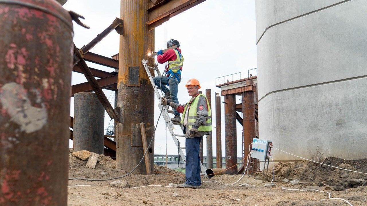 На строительстве мостов  в Запорожье одновременно работают более 160 строителей, – ФОТОРЕПОРТАЖ