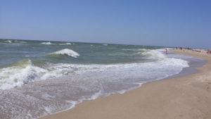 На Азові від берега на матраці віднесло трьох дітей та молодика