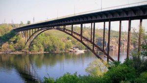 В Запоріжжі дівчина намагалася скоїти самогубство, стрибнувши з моста: на допомогу прийшли перехожі
