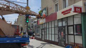 На проспекте Соборном демонтировали ряд рекламных вывесок, - ФОТО