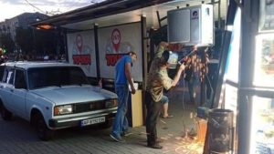 С остановки общественного транспорта напротив мэрии демонтировали кондиционер, — ФОТО