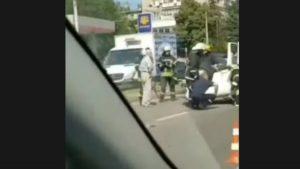 В центральной части Запорожья произошла авария: машину опрокинуло на крышу, — ФОТО