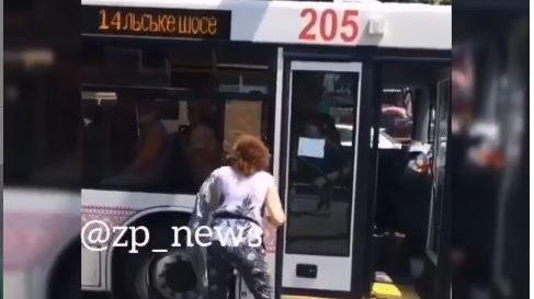 В Запорожье между водительницей троллейбуса и пассажиркой произошла драка из-за отсутствия маски, — ФОТО, ВИДЕО