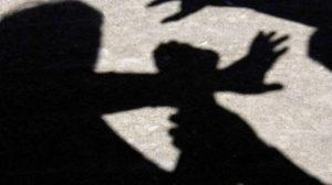 В Коммунарском районе Запорожья молодой парень ударил девушку и ограбил ее