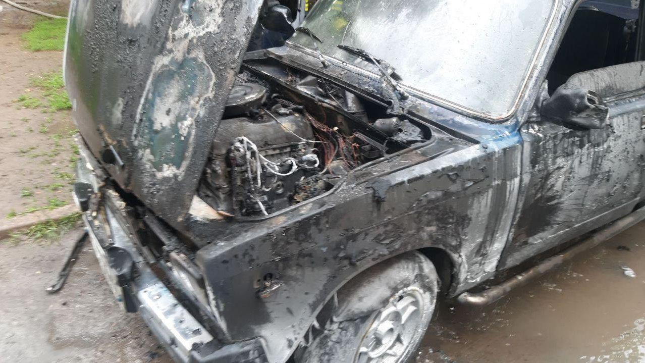 В Комунарському районі Запоріжжя згоріла автівка, — ФОТО